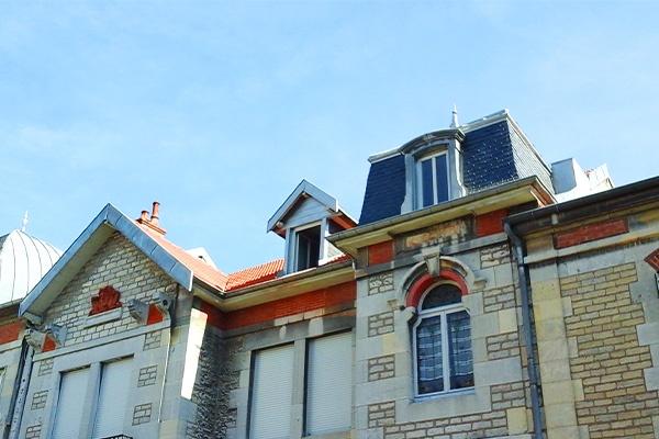 toit neuf de bâtiments anciens
